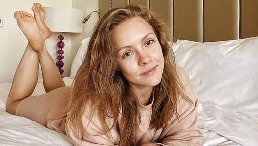 Олена Шоптенко зачарувала ніжним образом у білій сукні-сорочці: відео