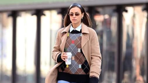 В джемпере Burberry и трендовых джинсах: Ирина Шейк прогулялась по утреннему Нью-Йорку