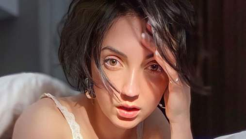 Оля Цибульская похвасталась пышной грудью в кружевном лифе: фото