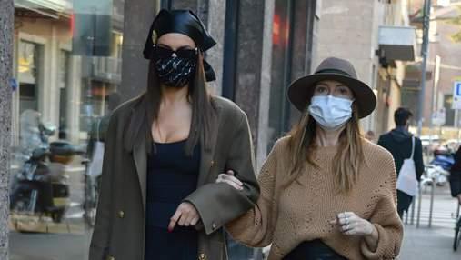 Як носити модний аксесуар весни – шкіряну косинку: майстер-клас від супермоделі Ірини Шейк