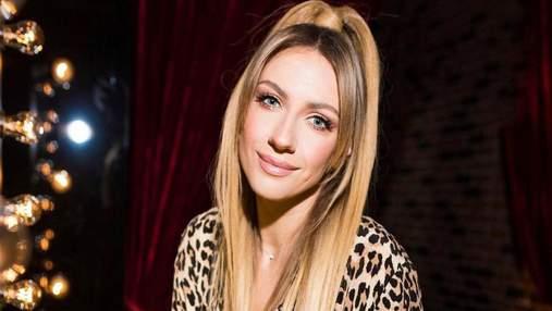 Леся Никитюк поразила эффектным образом в леопардовой блузке: эффектное фото