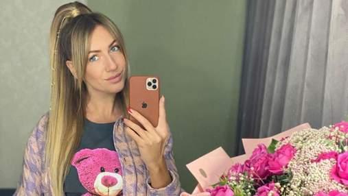 С букетом цветов: Леся Никитюк покорила нежным образом в мини-юбке