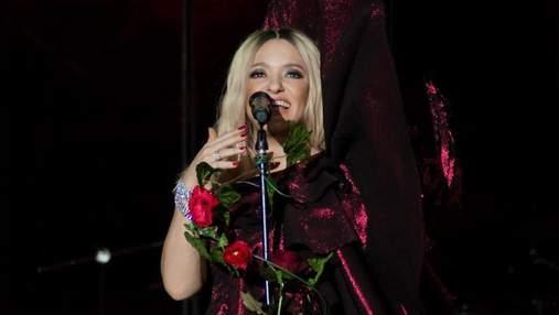 Наталья Могилевская поразила концертным образом в бордовом платье с глубоким разрезом: фото