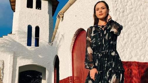 Юлия Санина показала нежный образ в черном платье и кроссовках: фото
