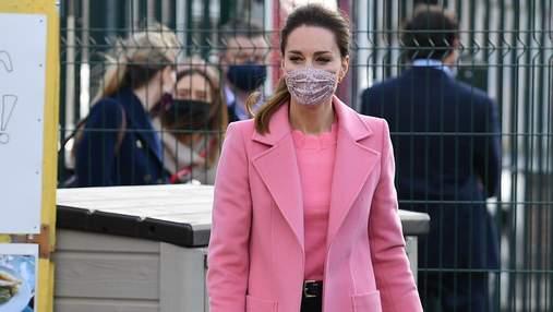 Кейт Міддлтон підкорила витонченим образом у рожевому пальті: фото нового виходу