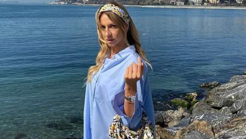 Леся Никитюк показала стильный повседневный образ в голубой рубашке: фото из Стамбула