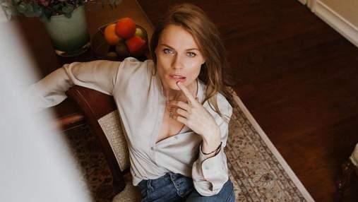 Ольга Фреймут зухвало позувала на кріслі у красивій блузці: фото