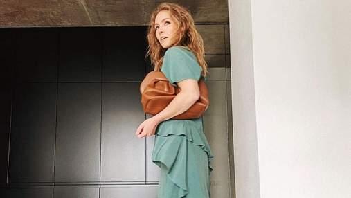 Олена Шоптенко вразила стильним образом у смарагдовій сукні: розкішні фото