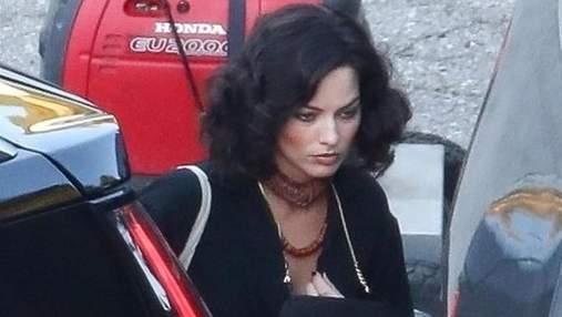 Марго Робби с темными волосами засветилась на съемках нового фильма: фото
