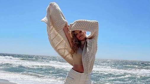 Эльза Хоск захватила модным образом в топе и кардигане: фото