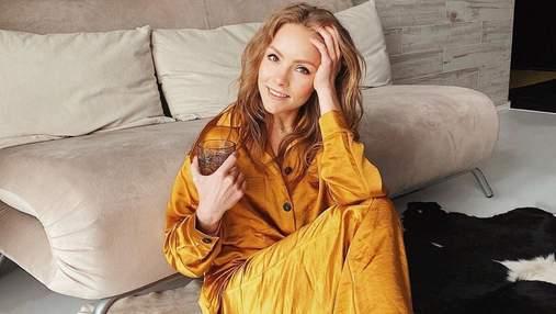 Елена Шоптенко показала домашний образ в оранжевом костюме: уютные фото