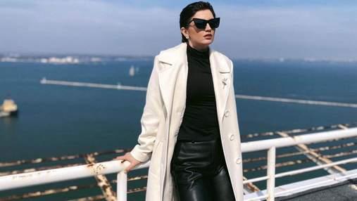 Оля Цибульська здивувала зухвалим образом у білому пальті на тлі моря: ефектні кадри