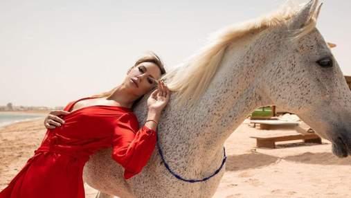 Леся Никитюк ошеломила фотосессией с лошадью: изысканный look в платье с декольте