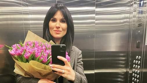 У картатому пальто з оберемком квітів: Маша Єфросиніна вразила бездоганним образом – фото