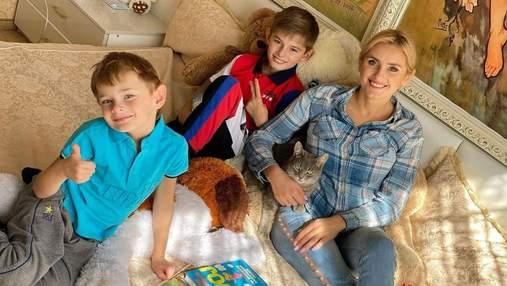 Ірина Федишин показала, як проходять її карантинні будні та дистанційне навчання у синів