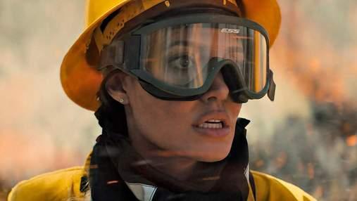 """Анджеліна Джолі стала рятувальницею у трилері """"Ті, хто бажає мені смерті"""": фото і відео"""
