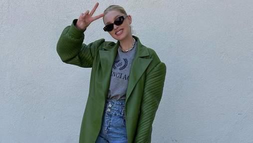 Икона стиля Эльза Госк показывает, как носить кричащий зеленый тренч необычного кроя: фото