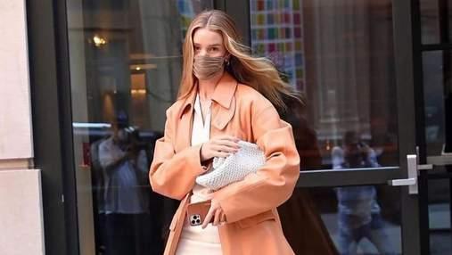 Розі Гантінгтон-Вайтлі підкорила мережу шкіряним персиковим тренчем: стильні кадри