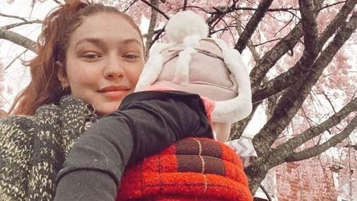 Джіджі Хадід поділилась миловидними фото доньки у костюмі від Versace