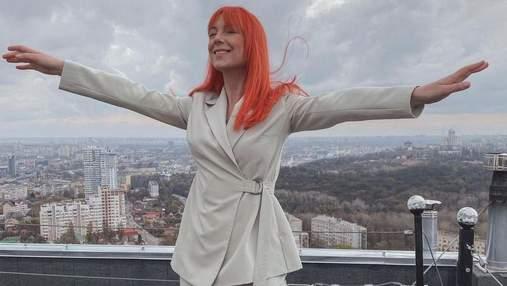 Світлана Тарабарова підкорила бездоганним образом у молочному костюмі: фото