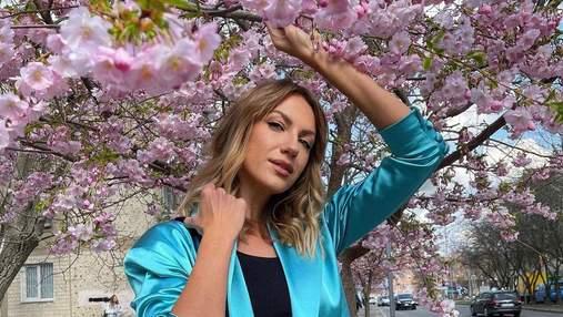Леся Никитюк восхитила образом в голубом жакете: волшебные фото на фоне сакур