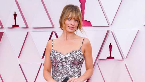 Марго Роббі завітала на церемонію Оскар у трендовій квітковій сукні Chanel: бездоганний образ