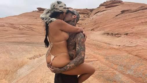 Кортни Кардашьян поцеловала бойфренда и показала обнаженные ягодицы: сексуальное фото