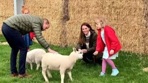 Кейт Миддлтон и принц Уильям посетили ферму в парных образах: миловидное видео