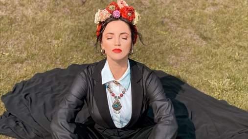 Оля Цибульская поразила стильным образом с украинским венком: эффектные кадры