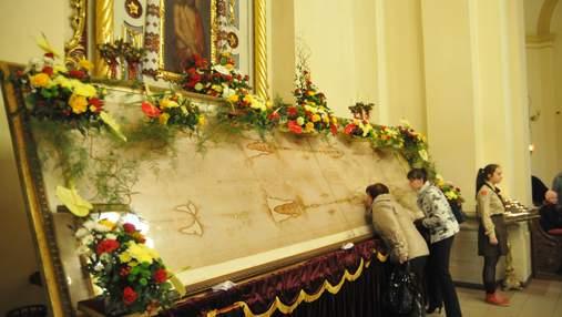 Сила молитви не зменшиться: львів'ян закликали не цілувати плащаниці та ікони