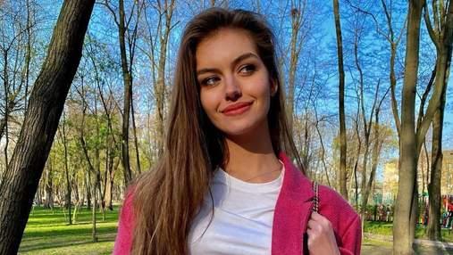 Дружина Дмитра Комарова показала стильний весняний образ у рожевому піджаку: яскраве фото