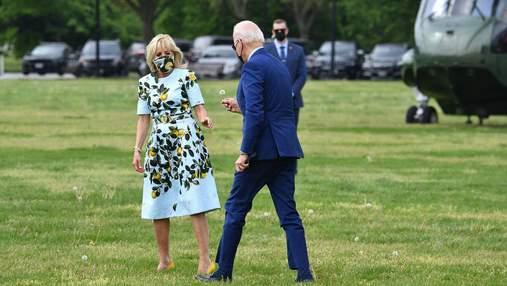 Джо Байден неожиданно вручил жене одуванчик: трогательное видео стало вирусным