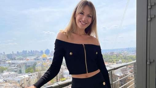 Леся Никитюк покорила стильным образом в черном костюме: эффектные фото на фоне города