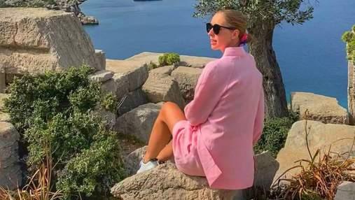 Беременная Катя Осадчая очаровала нежным образом в Турции: фото в розовом костюме