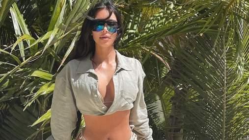 Ким Кардашян засветила обольстительное тело в крошечном бикини: горячее фото