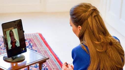 Кейт Миддлтон выбрала синий жакет и классические брюки для интервью: фото