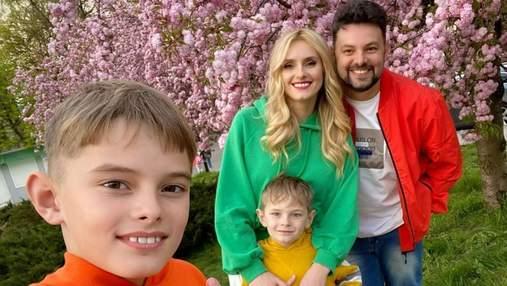 Цвіт сакури у Львові: Ірина Федишин влаштувала яскраву сімейну фотосесію у красивій локації