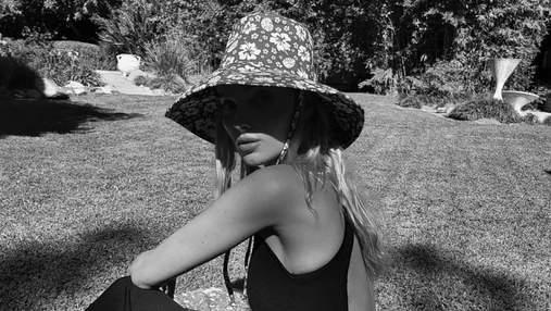 Эльза Хоск покорила сеть стильным платьем с глубоким вырезом на плечах: эффектные кадры