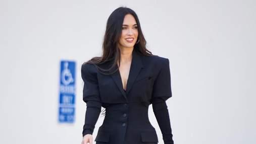 Вибухове комбо: Меган Фокс одягнула стильну сукню-жакет з босоніжками на високих підборах