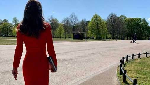 Кейт Миддлтон ошеломила ярким образом в красном пальто: эффектные кадры