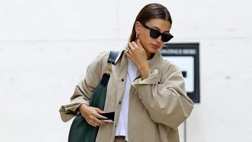 Тренч и брюки одного цвета – идеальная формула для удачного образа: модный выход Хейли Бибер