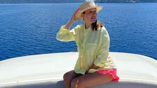 Вагітна Катя Осадча показала яскравий літній образ на відпочинку в Туреччині: фото з яхти