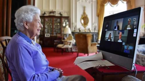У джемпері кольору бузка: Єлизавета II провела онлайн-зустріч та показала свої дитячі фото