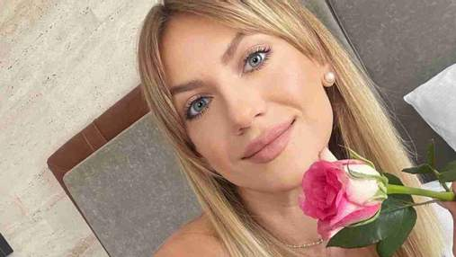 Леся Никитюк очаровала сеть романтическим образом в платье в горошек: фото на кровати