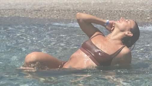 Мокрая Илона Гвоздева в коричневом купальнике похвасталась роскошной фигурой: горячие кадры