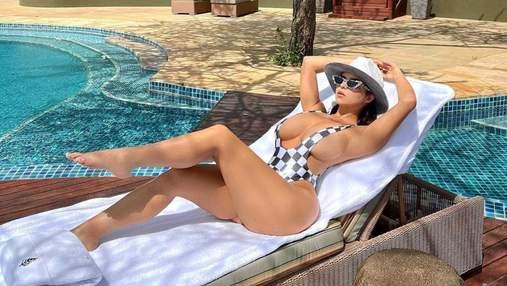Гаряча Демі Роуз показала нове фото в купальнику: зірка вкотре засвітила величезний бюст