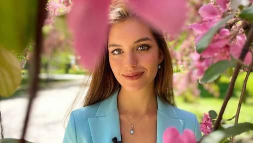 Дружина Дмитра Комарова зачарувала весняним образом у блакитному піджаку: фото посеред цвіту
