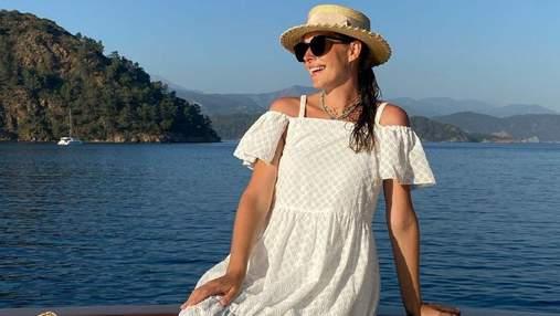 Катя Осадча замилувала ніжним образом у білій сукні: фото вагітної ведучої
