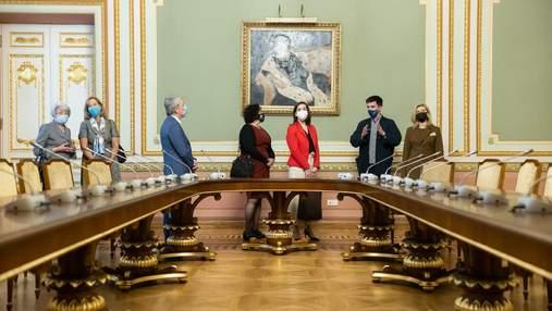 В Киеве в Мариинском дворце заработали аудиогиды на двух языках