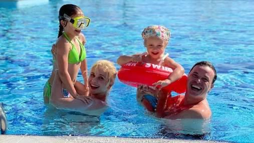 Развлечения в бассейне: Лилия Ребрик очаровала ярким семейным фото из Турции